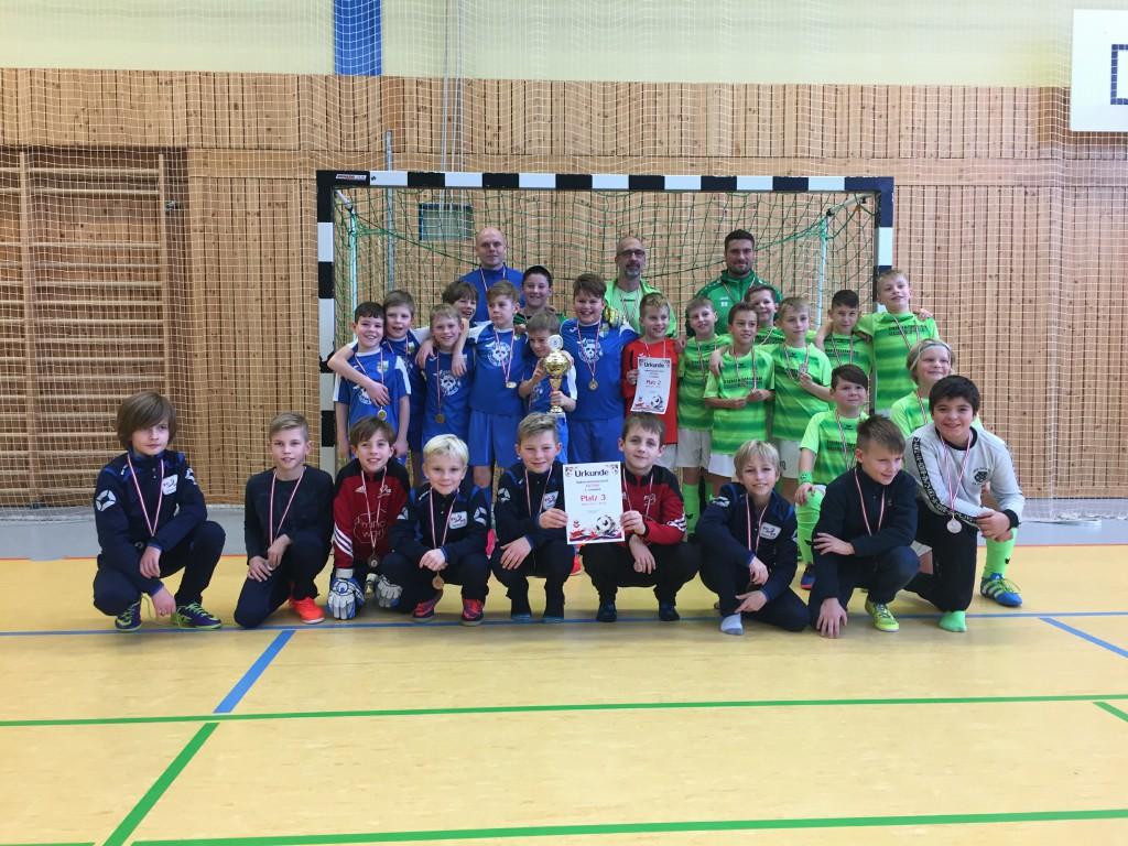 Gruppenfoto Platz 1-3 Hallenkreismeisterschaften FK Oberhavel-Barnim bei den E-Junioren