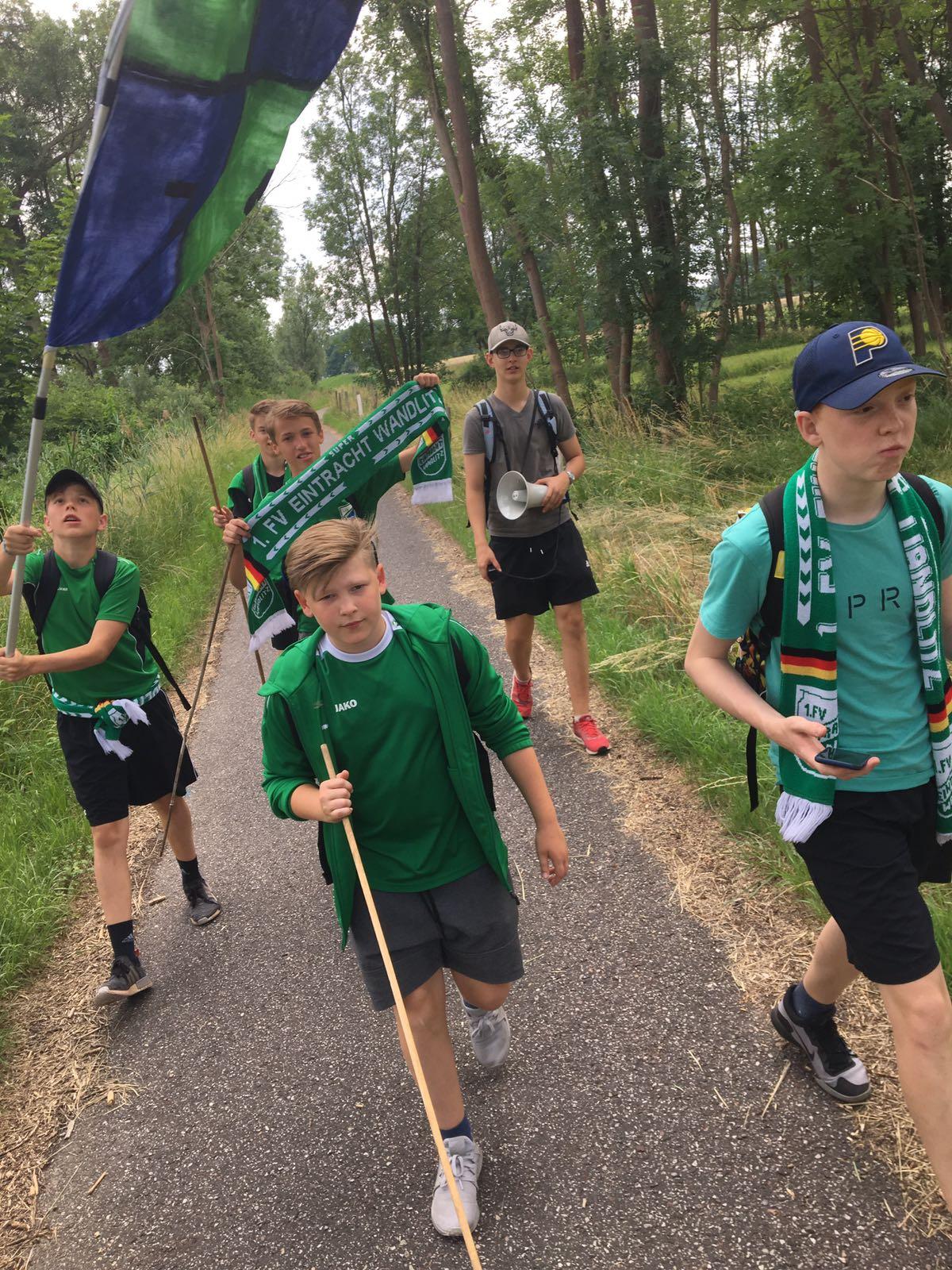 20180616 Wandlitzer Junioren als Ultras zum Spiel nach Alt-Lüdersdorf